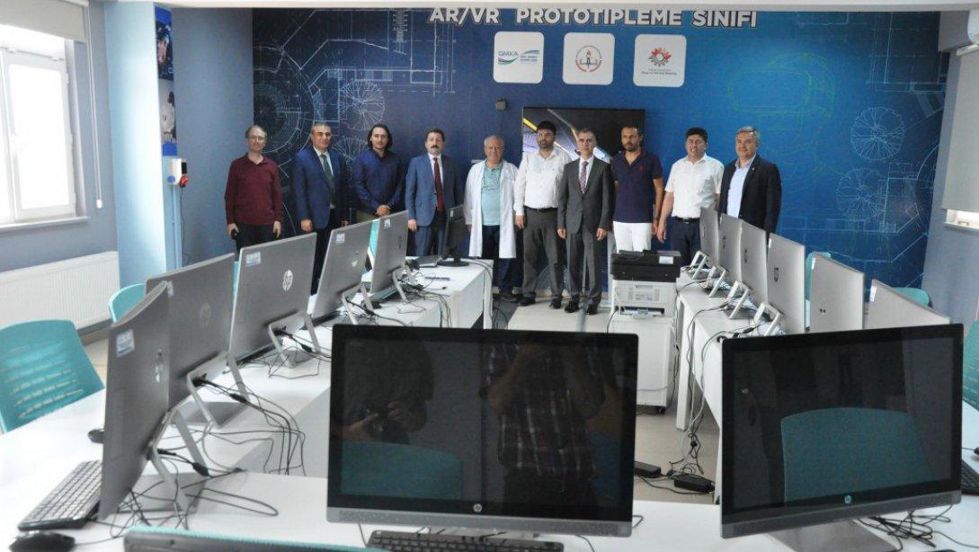 ÇANAKKALE VALİSİ ORHAN TAVLI AR/VR PROTOTİPLEME SINIFINI ZİYARET ETTİ